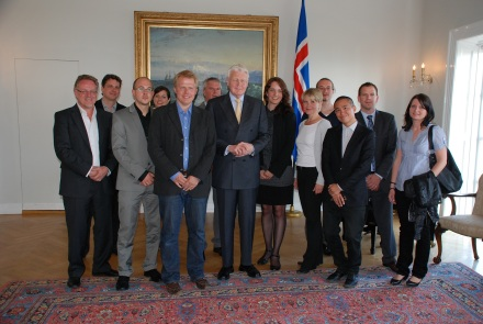 Gruppenbild mit Präsident: die Schweizer Journalisten lassen sich zur Erinnerung an ein hochinteressanter Gespräch mit Ólafur Ragnar Grímsson ablichten.
