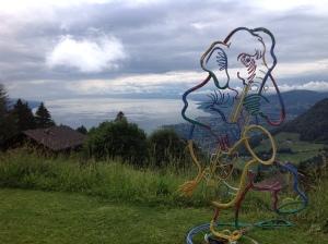 Blick vom Garten mit dem Saxofon spielenden Elefanten über Montreux und den Genfersee.