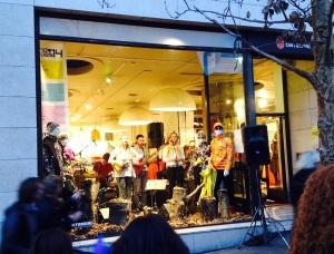 Konzertort für Rebekka Sif: das Schaufenster des Kleiderladens Cintamani