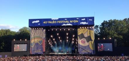 Grosse Bühne, viel Publikum: Joan Baez bei ihrem Auftritt am Paléo-Festival 2015.